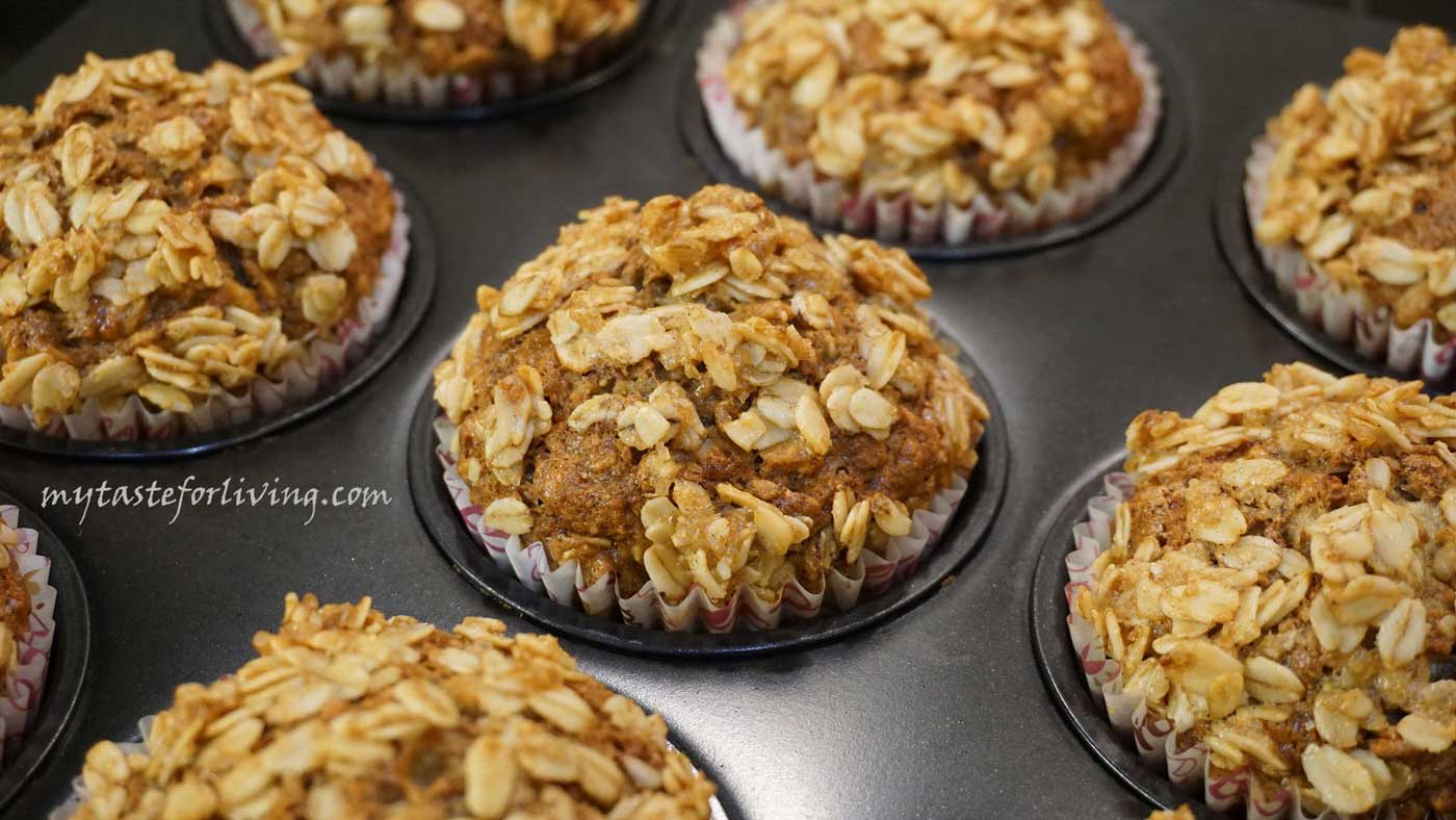 Prepare delicious banana muffins with oatmeal and crunchy topping briefly without any special effort.