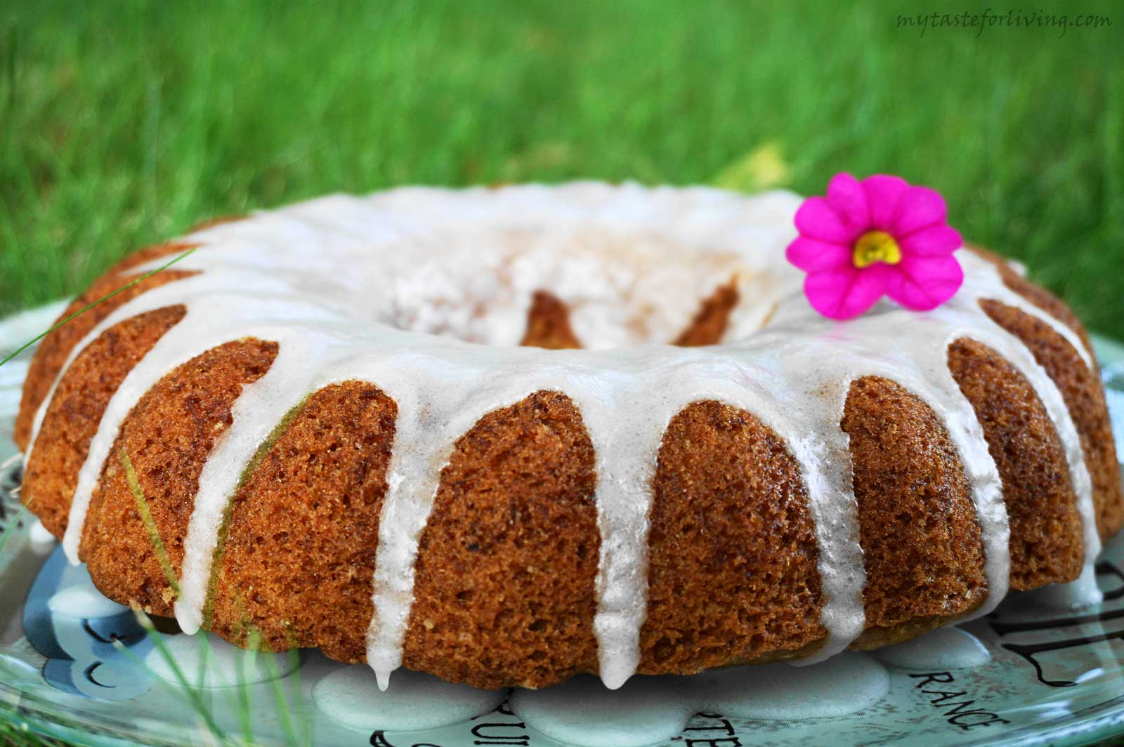Lemon cake with zucchini and lemon glaze. Why not!? Try it! The combination may sound strange, but the truth is that you get the perfect, fragrant, fresh and delicious lemon cake, and the glaze gives it a fine finish.
