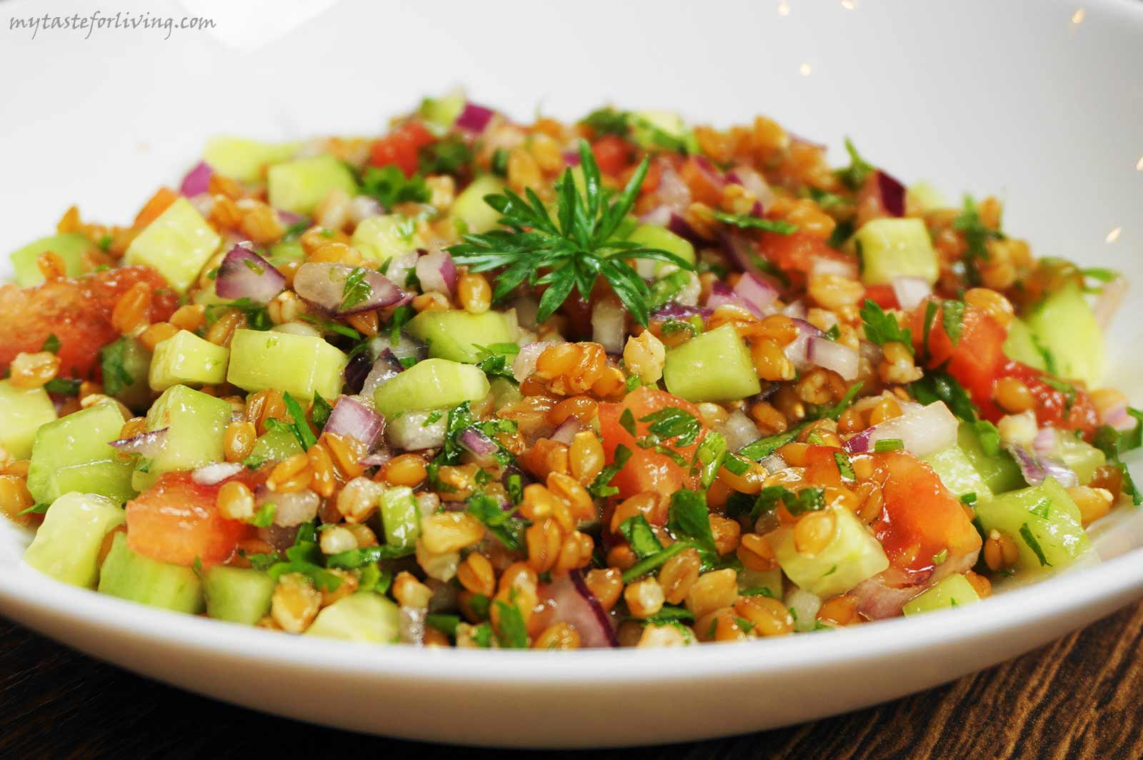Tabbouleh is a fresh salad of lots of parsley and bulgur with diced cucumbers, tomatoes and onions, flavored with olive oil, lemon juice and salt. I decided to replace bulgur with einkorn, which resulted in a delicious and nutritious salad.