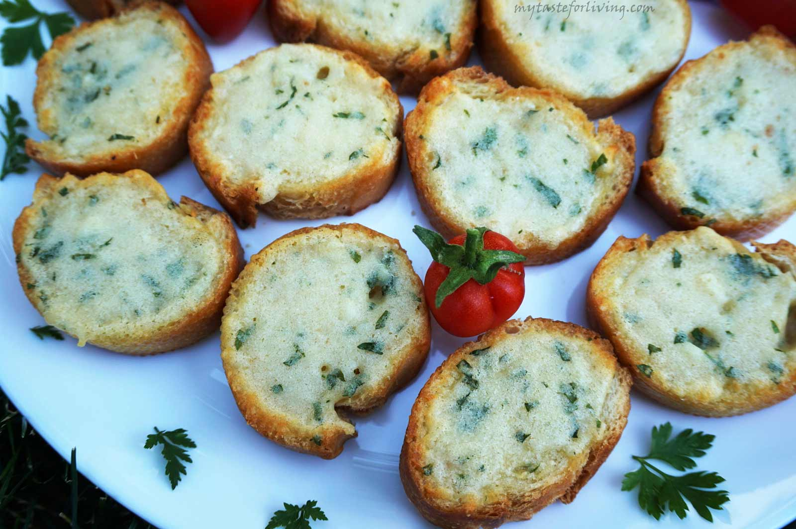 Crispy and delicious bruschettas with cheese of your choice (cheddar, parmesan, yellow cheese, grana padano) with butter, garlic and parsley. Easy and fast appetizer for your table!