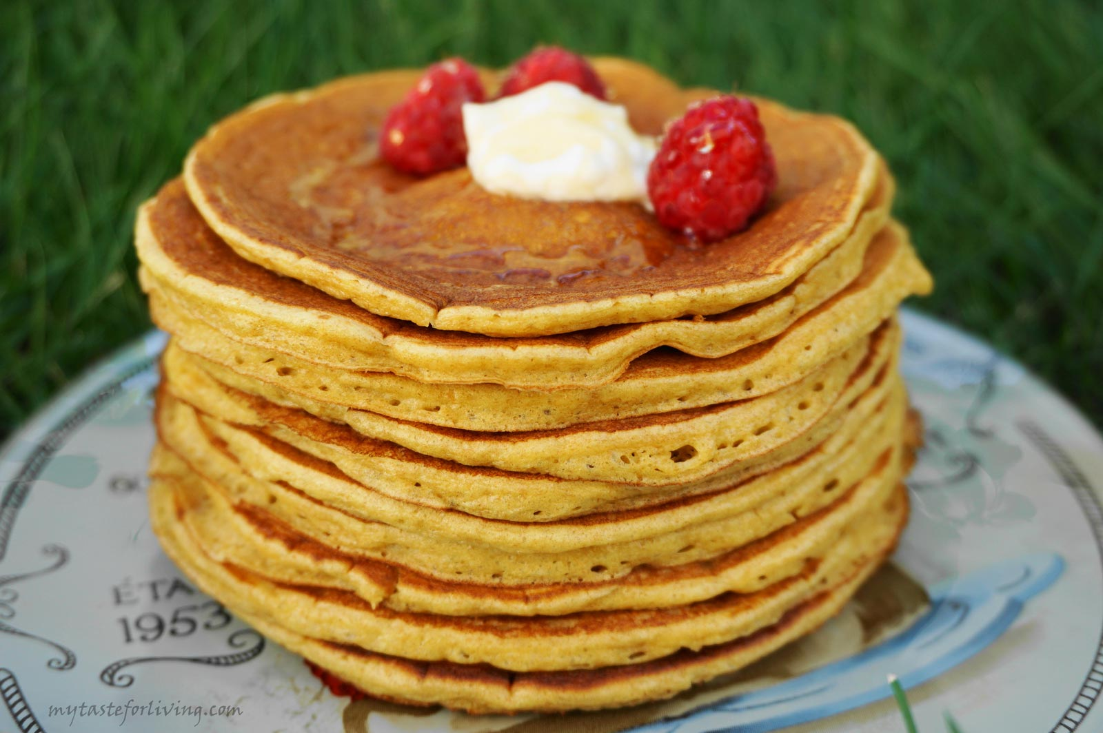 For the preparation of these appetizing and delicious sour cream pancakes I have used different types of flour - white, wholemeal or einkorn. They turn out excellent with each of them.
