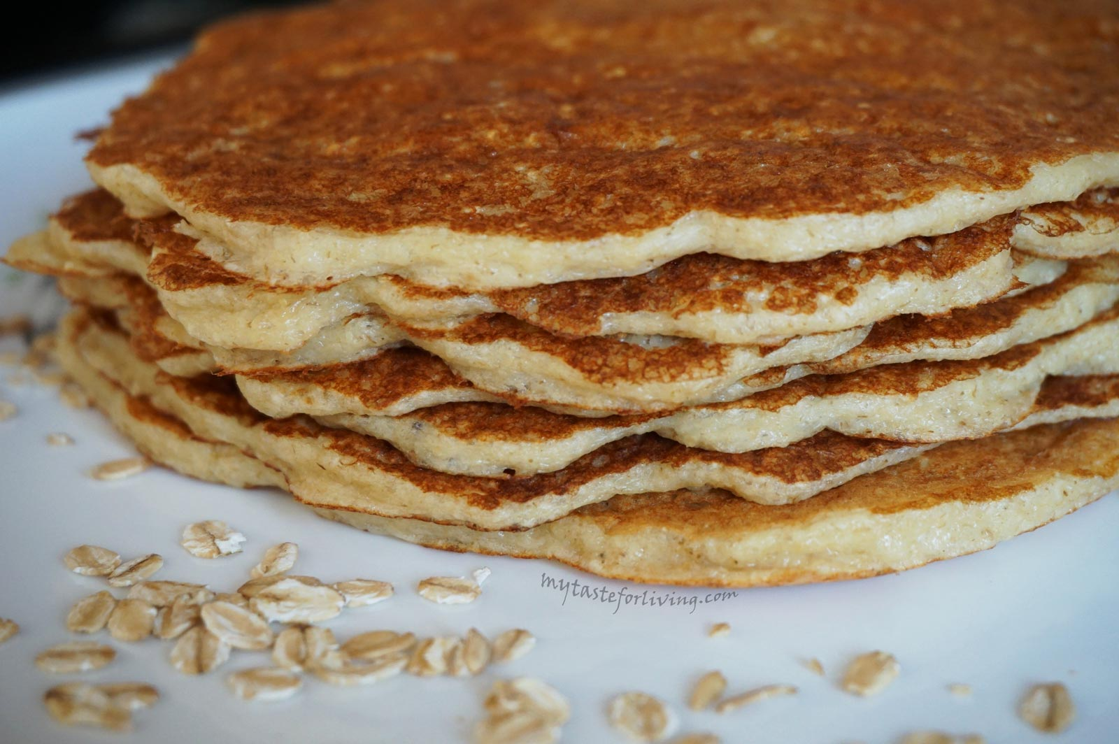 Delicious, nutritious and healthy pancakes prepared with old fashioned rolled oats and skyr, without flour.