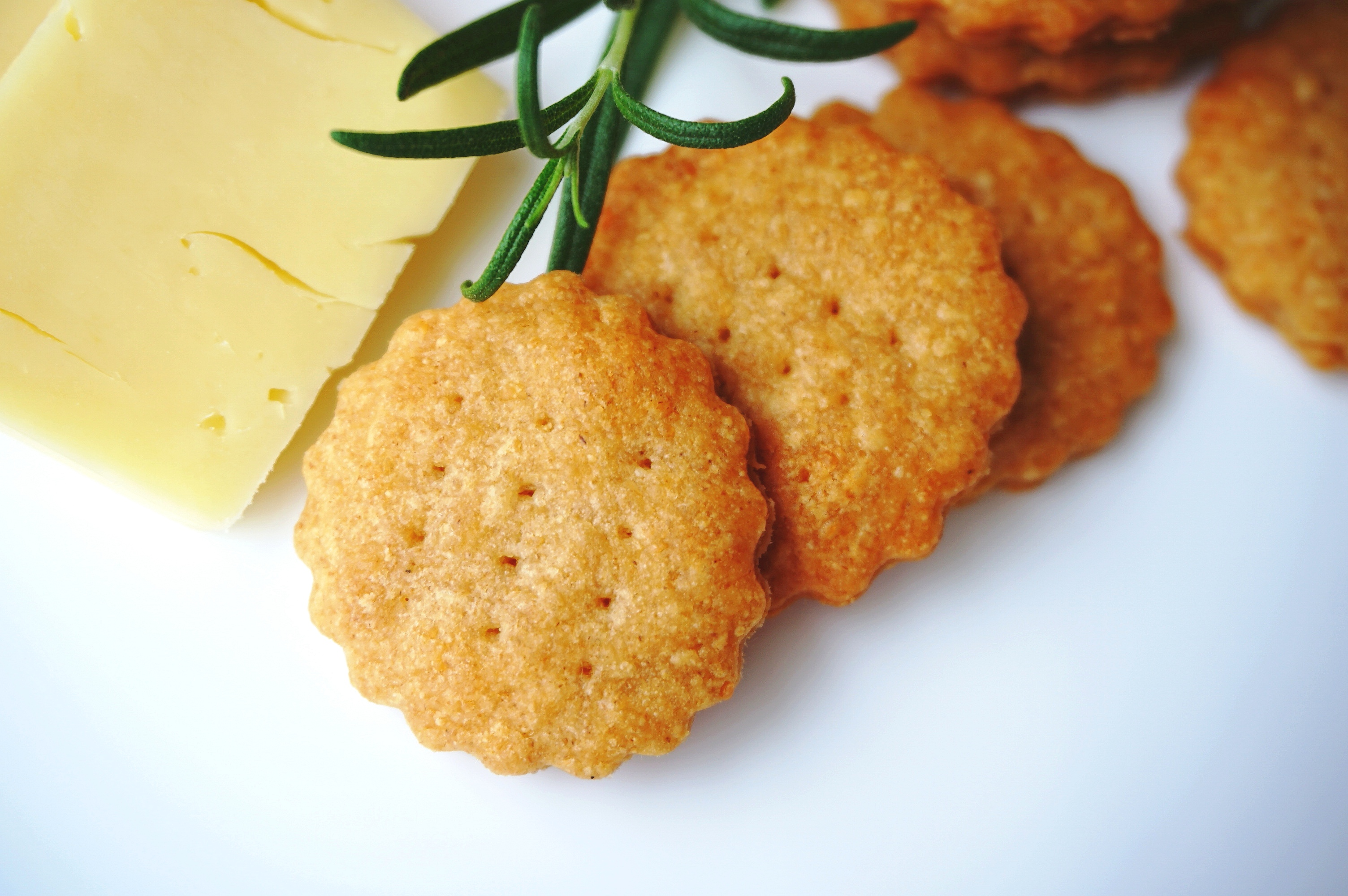Crispy parmesan crackers with cheddar and white spelt flour. You can replace cheddar with yellow cheese and spelt flour with white flour. If desired, you can season them with a spice of your choice such as paprika, savory, oregano, thyme or basil.