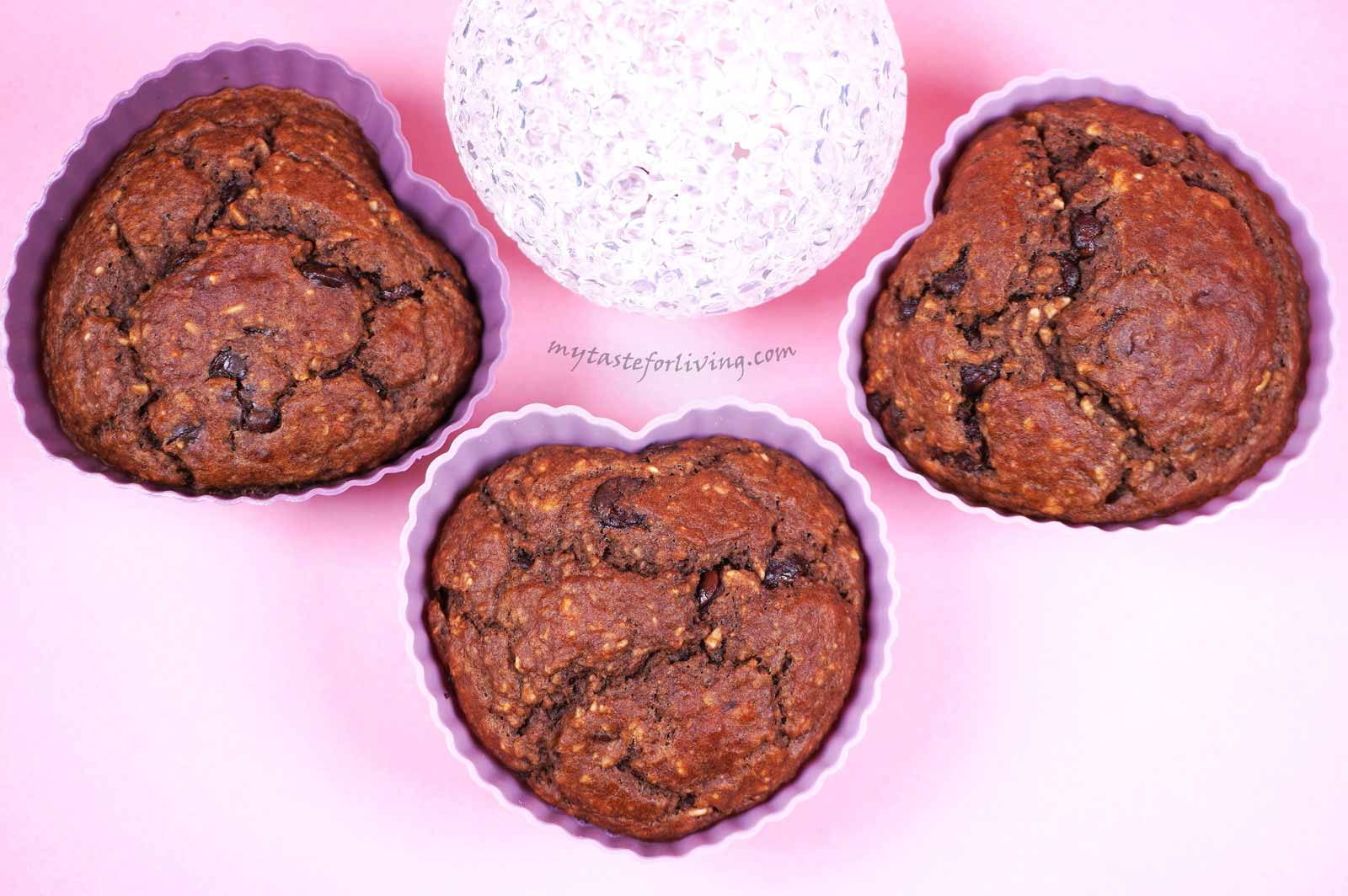 Chocolate muffins made by old fashioned rolled oats, banana and yogurt, no flour and no added sugar. Their sweetness comes from the bananas and the chocolate drops in them. You can skip the chocolate and then I recommend you add 2-3 tablespoons of honey or maple syrup.