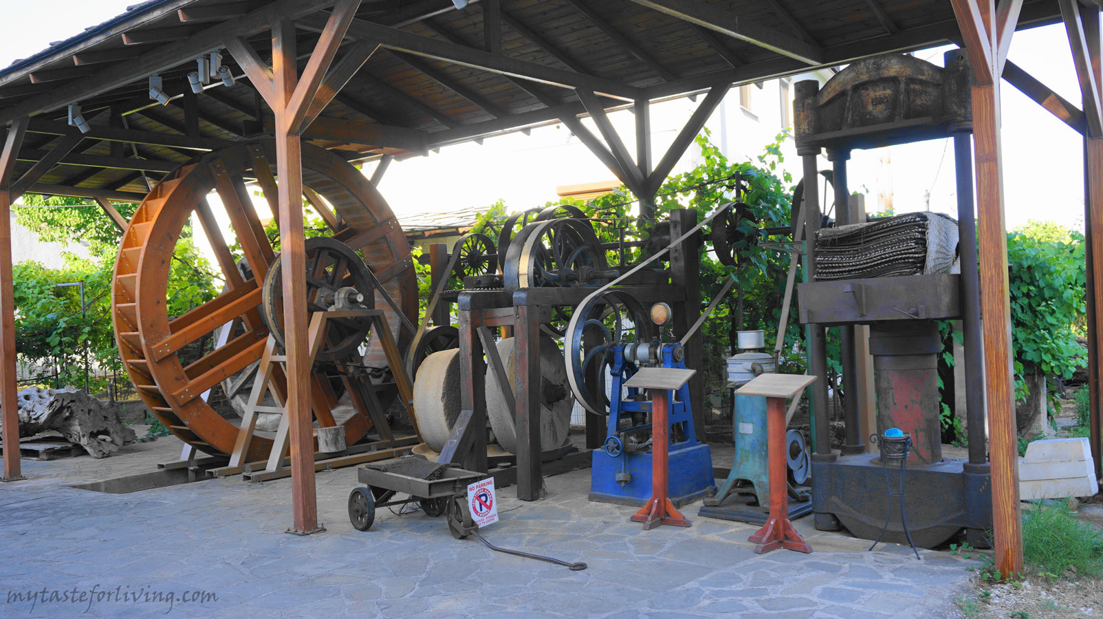 The olive oil museum of the Sotirelis family is a place that we do not miss to visit when we are on the island of Thassos, Greece. It is located in the mountain village of Panagia, a small and pleasant place, suitable for walks.