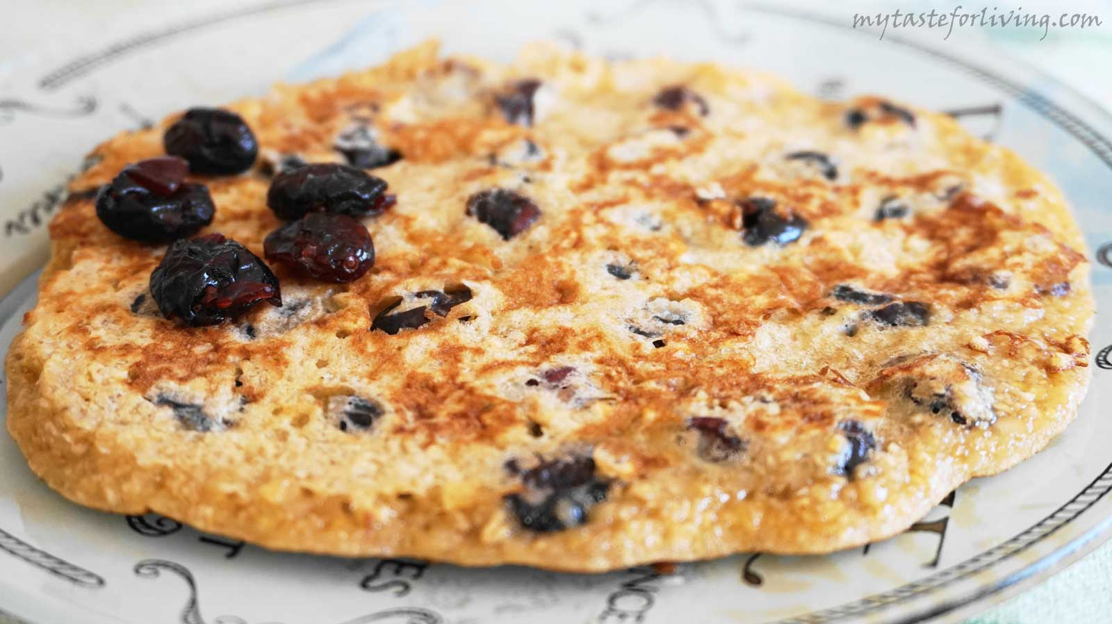 Tasty, quick and easy, and children adore pancake of oat bran, cranberries and honey!