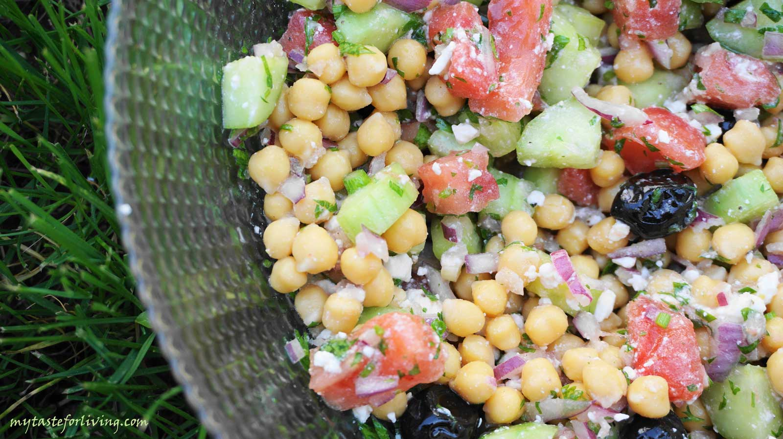 Healthy and refreshing salad with chickpeas, tomatoes and cucumbers.