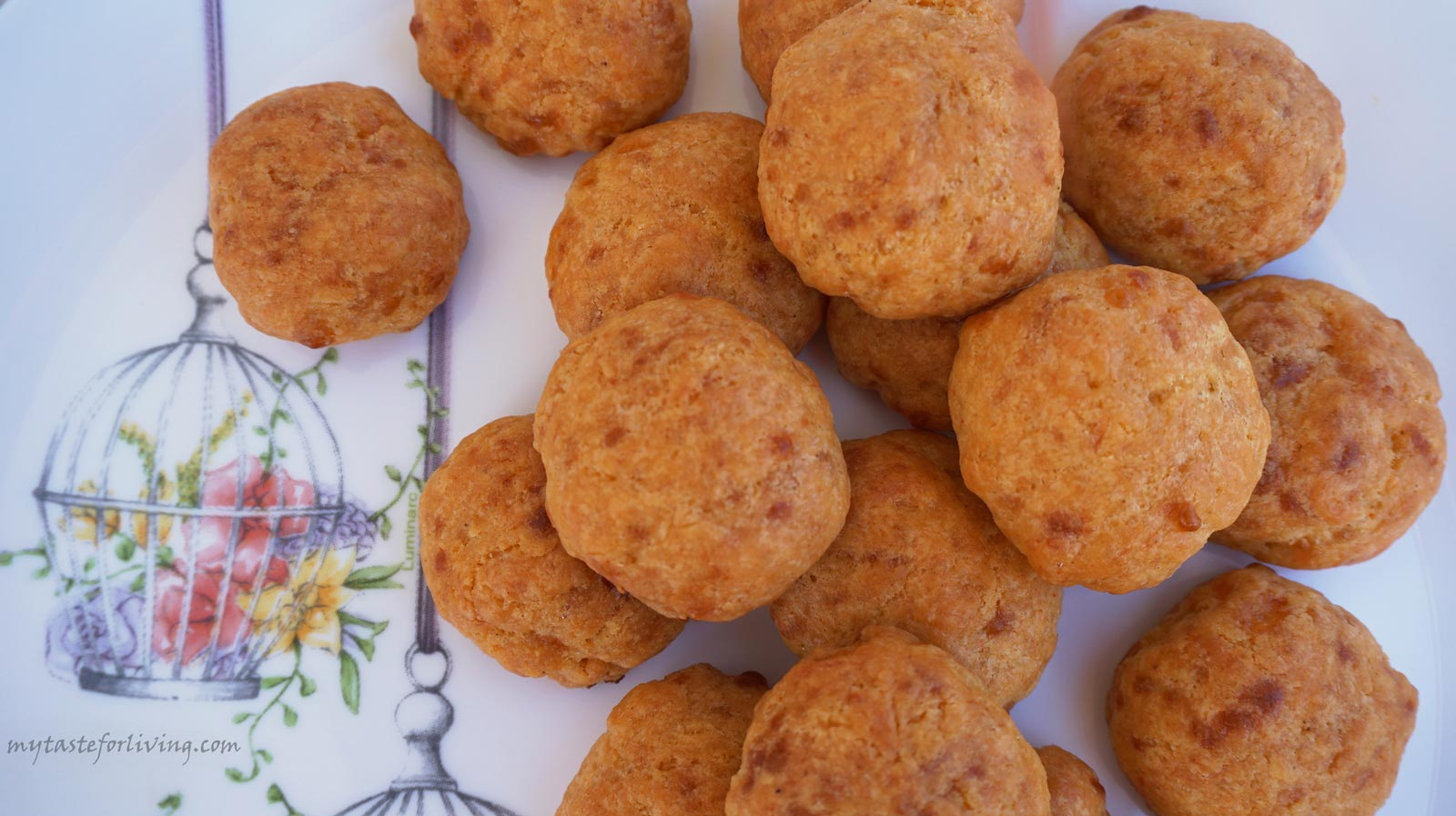 Delicious and appetizing baked yellow cheese balls, suitable for a party, snack, picnic or appetizer. They prepare quickly and are irresistibly delicious.